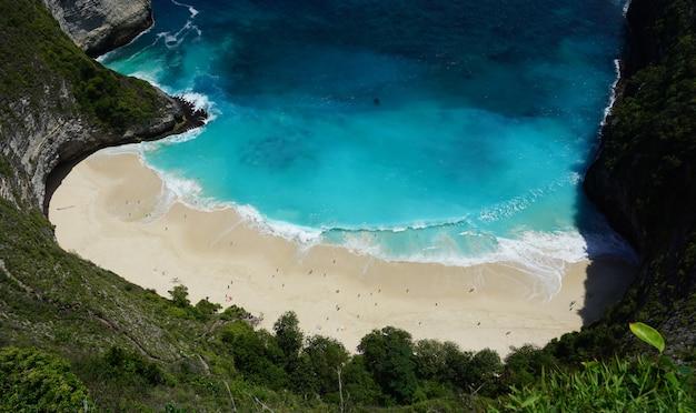 Hermosa playa de kelingking en la isla de nusa penida, indonesia