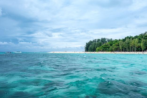 Hermosa playa de mar en la isla de bambú