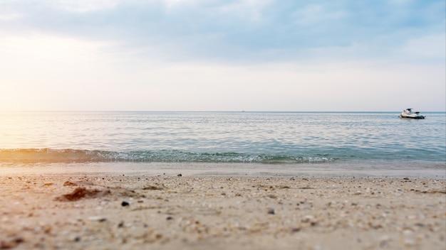 Hermosa playa y mar con moto acuática flotante por la mañana.