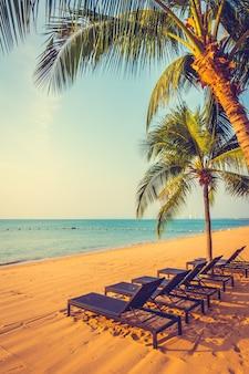 Hermosa playa y mar con palmera.