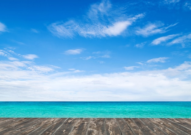 Hermosa playa y paisaje de mar tropical