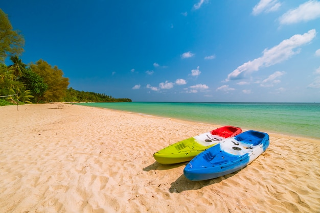 Hermosa playa paradisíaca y mar con kayak en bote