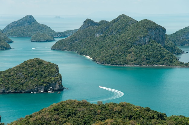 Hermosa playa en el parque nacional de ang thong, tailandia