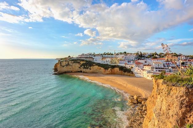 Hermosa playa en el pueblo de carvoeiro. portugal, algarve.