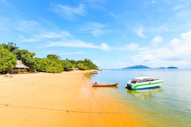 Hermosa playa tranquila tropical y mar