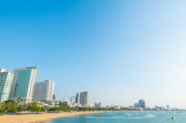 Hermosa playa tropical con edificios
