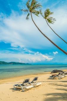 Hermosa playa tropical y mar con palmeras de coco y sillas en la isla paradisíaca