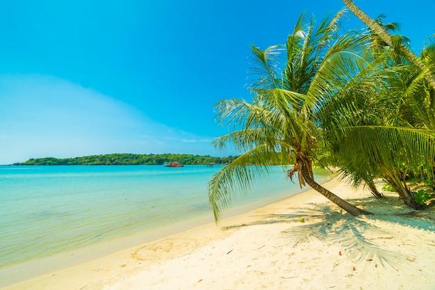 Hermosa playa tropical y mar