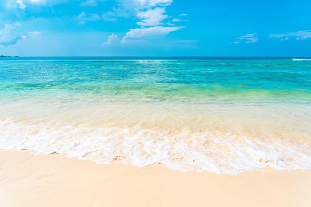 Hermosa playa tropical vacía mar océano con nubes blancas sobre fondo de cielo azul
