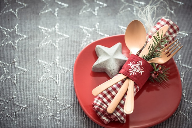 Hermosa porción de cubiertos en la mesa de navidad.