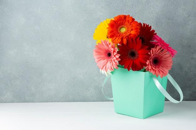 Hermosa primavera gerbera flores en un cubo