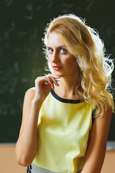 Hermosa profesora joven