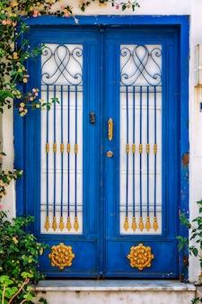Hermosa puerta azul con un adorno.