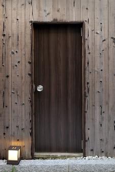 Hermosa puerta de madera marrón