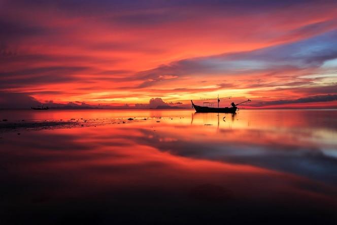 Hermosa puesta de sol y reflejo del mar en la isla de samui, tailandia