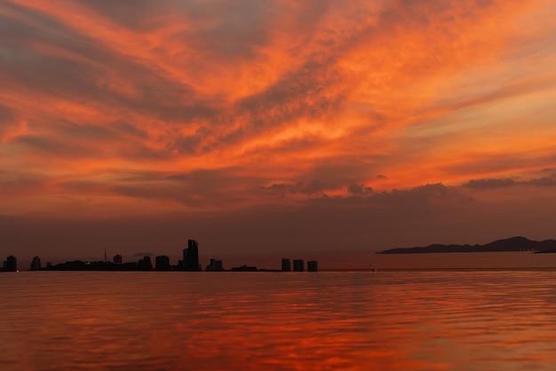 Hermosa puesta de sol del cielo con nubes de colores en el océano de playa