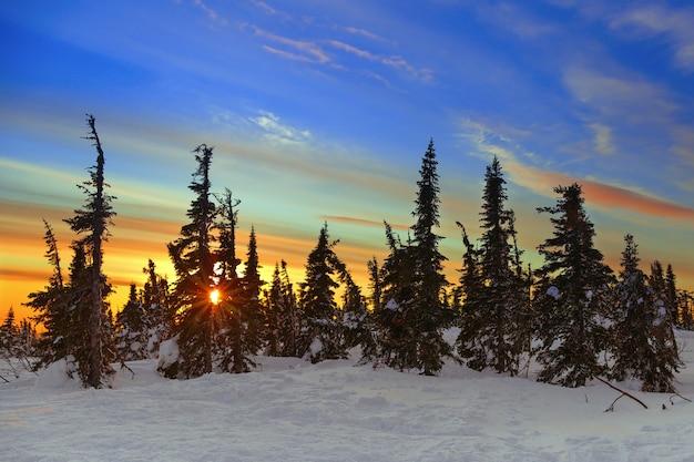 Hermosa puesta de sol en la cima de la montaña