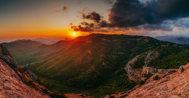 Hermosa puesta de sol dorada en el panorama de las montañas