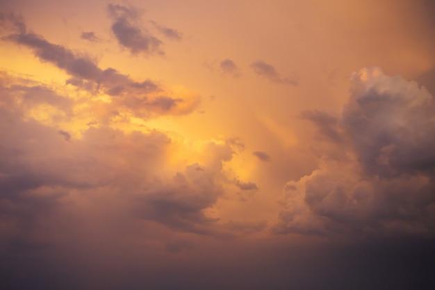 Hermosa puesta de sol naranja con nubes