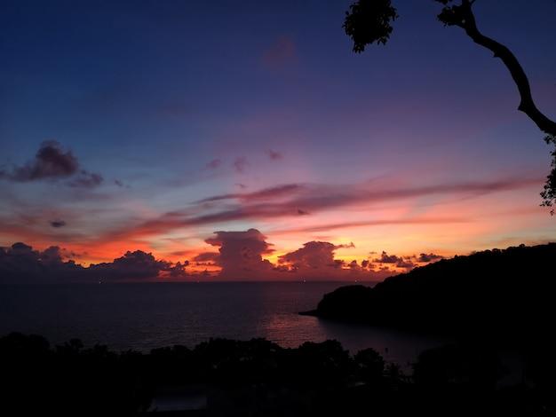 Hermosa puesta de sol en la playa