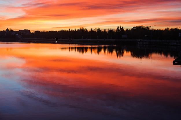Hermosa puesta de sol romántica