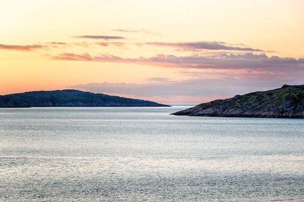 Hermosa puesta de sol rosa en el mar.