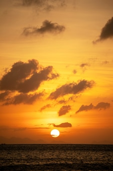 Hermosa puesta de sol sobre aguas tranquilas del mar. concepto de vacaciones de verano. isla koh phangan, tailandia