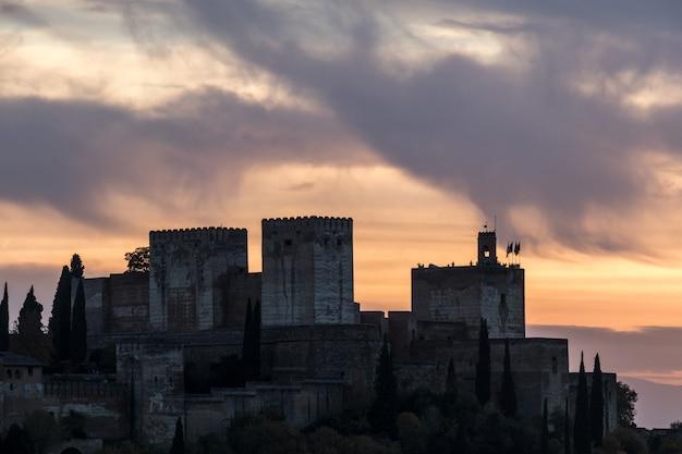 Hermosa puesta de sol sobre la alhambra, desde sacromonte, granada, españa