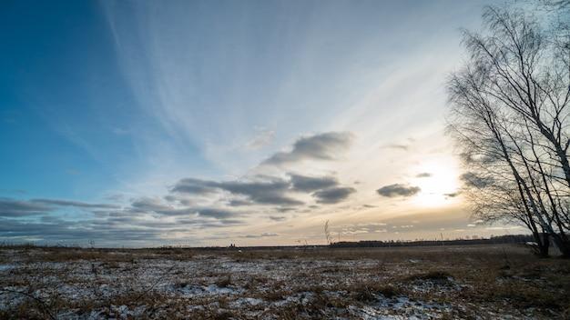 Hermosa puesta de sol sobre campo congelado