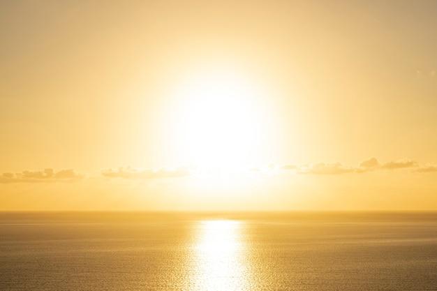 Hermosa puesta de sol sobre el mar