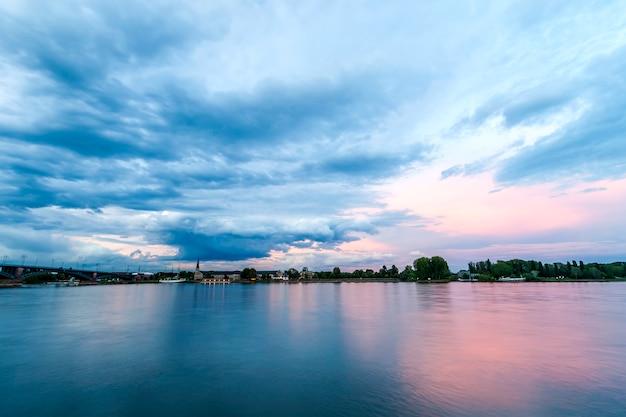 Hermosa puesta de sol sobre el río rhein en mainz, alemania