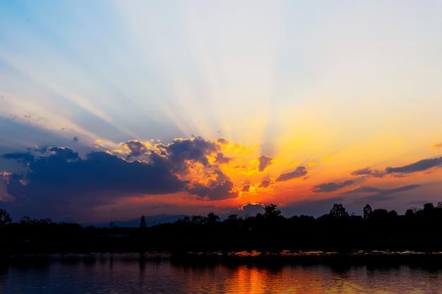 Hermosa puesta de sol en un tragaluz. composición de la naturaleza. sobre la luz