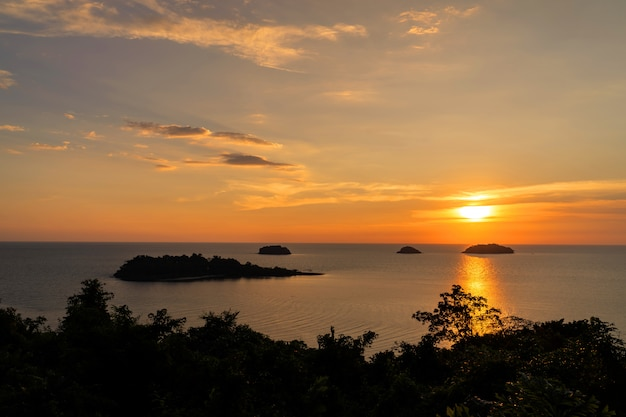 Hermosa puesta de sol vista al mar, isla, paisaje marino en la provincia trad del este de tailandia