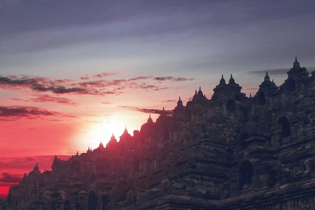 Hermosa puesta de sol vista desde la parte superior del templo de borobudur
