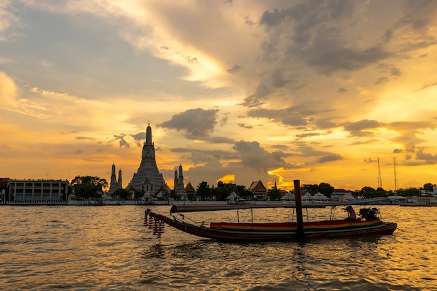 Hermosa puesta de sol wat arun templo chao phraya río, paisaje bangkok tailandia