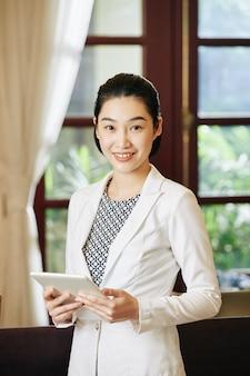 Hermosa recepcionista asiática del hotel