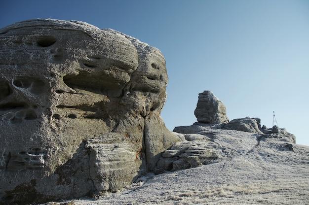 Hermosa roca congelada en la montaña de crimea