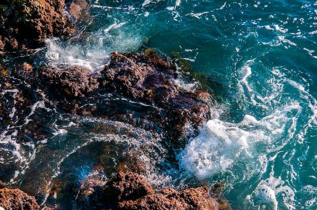 Hermosa roca natural de playa australiana. increíble mar verde azul y soleado día ventoso.