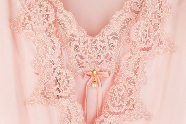 Hermosa ropa de dormir de seda naranja y túnicas