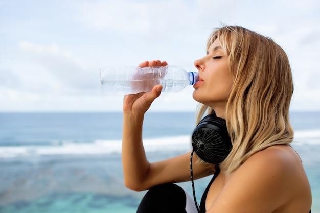 Hermosa rubia bebe agua
