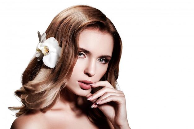 Hermosa rubia con cabello largo y ondulado.