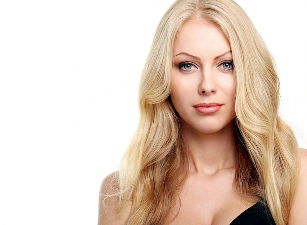 Hermosa rubia con cabello rizado