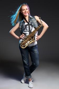 Hermosa rubia como mujer saxofonista