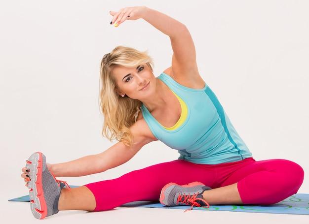 Hermosa rubia haciendo ejercicio