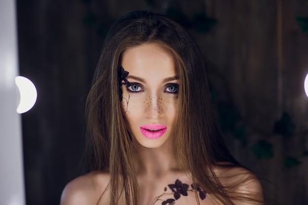 Hermosa rubia en interiores de loft de vestido negro