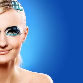 Hermosa rubia con maquillaje artístico