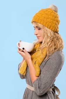 Hermosa rubia con sombrero y bufanda