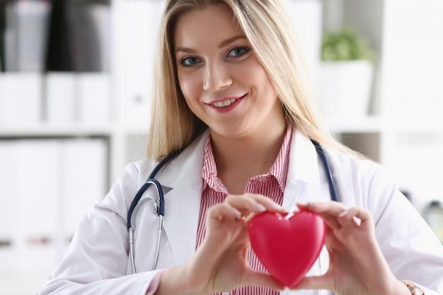 Hermosa rubia sonriente doctora espera