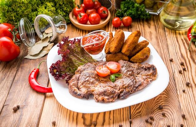 Hermosa y sabrosa comida en un plato