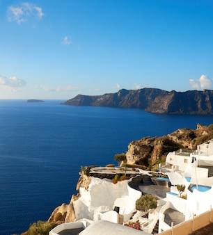 Hermosa santorini en grecia, vista panorámica sobre el pueblo de oia